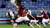 Franck Kessie sukses jadi algojo penalti AC Milan pada laga kontra Sampdoria di ajang Liga Italia, Senin (07/12/2020) dini hari WIB. (Andreas SOLARO / AFP)
