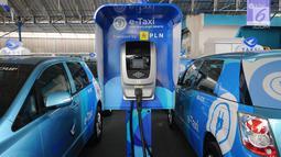 Tempat pengisian daya listrik terlihat di pool Blue Bird, Jakarta, Selasa (23/4). Perusahaan taksi Blue Bird meluncurkan taksi bertenaga listrik pertama di Indonesia. Rencananya, sebanyak 30 unit taksi listrik Blue Bird akan beroperasi mulai Mei 2019. (Liputan6.com/Angga Yuniar)