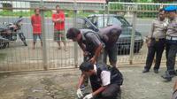 Polisi memastikan sisa petasan yang dilempar di halaman Gereja Katolik Santo Yusuf tidak meledak. (foto : Liputan6.com / Edhie Prayitno Ige)