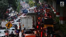 Kendaraan terjebak kemacetan di Jalan Jenderal Ahmad Yani, Jakarta, Selasa (2/4). Hujan deras yang mengguyur Jakarta menyebabkan sejumlah jalan tergenang banjir hingga mengakibatkan kemacetan. (Liputan6.com/JohanTallo)