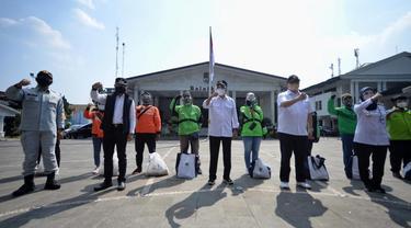 Menhub Budi Karya Sumadi, Menko Perekonomian Airlangga Hartarto dan Walikota Bogor Bima Arya bertemu dengan sejumlah pengemudi transportasi umum di Bogor. (Dok Kemenhub)