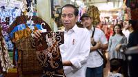 Jokowi belanja batik di Pasar Beringharjo Yogyakarta.