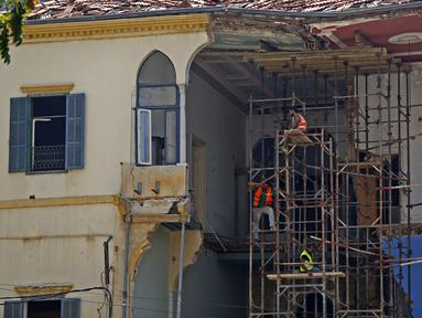 Para pekerja memperbaiki bangunan yang rusak akibat ledakan di Beirut, Lebanon, 29 Agustus 2020. Dua ledakan dahsyat mengguncang Pelabuhan Beirut pada 4 Agustus lalu, menggetarkan bangunan-bangunan di seluruh ibu kota Lebanon itu. (Xinhua/Bilal Jawich)