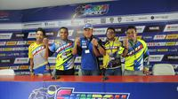 Pembalap dari komunitas YROI Papua bersama M Abidin, GM After Sales & Motorsport PT YIMM (dok: Yamaha)