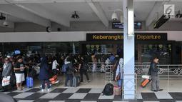 Antrean calon penumpang di pintu keberangkatan Bandara Halim Perdanakusuma, Jakarta, Senin (11/6). Untuk mengatasi lonjakan penumpang, 3 maskapai penerbangan di Bandara Halim menambahkan 12 slot penerbangan ekstra. (Liputan6.com/Iqbal S. Nugroho)