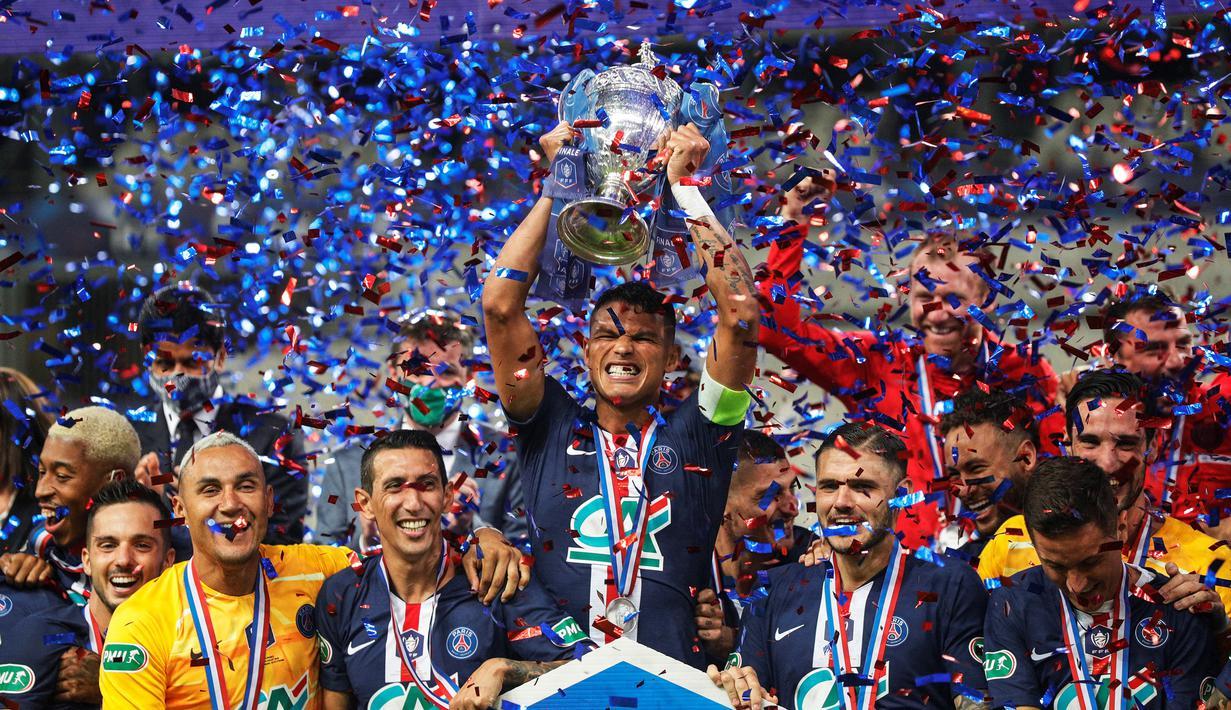 Pemain PSG merayakan trofi juara Piala Prancis usai mengalahkan Saint-Etienne pada pertandingan final di Stadion Stade de France, Sabtu (25/7/2020) dini hari WIB. PSG menang 1-0 atas Saint-Etienne. (AFP/Geoffroy Van Der Hasselt)