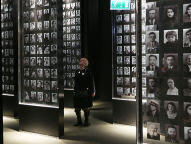 Pengunjung melihat  foto pada pameran di Museum Perang Dunia II, di Gdansk, Polandia, (23/1). Setelah sembilan tahun akhirnya museum ini dibuka setelah kondisi politik di Polandia tidak menentu.  (AP/Czarek Sokolowski)