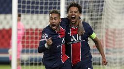 Bek Paris Saint-Germain, Marquinhos (kanan) bersama Neymar melakukan selebrasi usai mencetak gol ke gawang Manchester City dalam laga leg pertama semifinal Liga Champions 2020/2021 di Parc des Princes Stadium, Paris, Rabu (28/4/2021). PSG kalah 1-2 dari Manchester City. (AP/Thibault Camus)