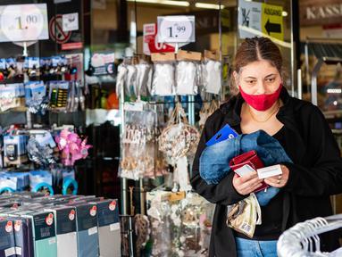 Seorang perempuan bermasker meninggalkan sebuah toko di ibu kota Jerman, 29 April 2020. Berlin mewajibkan penggunaan masker di seluruh gerai usaha pada Rabu (29/4), sementara kewajiban mengenakan masker sudah diberlakukan di seluruh moda transportasi publik sejak Senin (27/4). (Xinhua/Binh Truong)