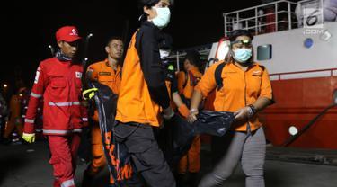 Kantong Jenazah Kembali Diturunkan dari KN SAR Sadew