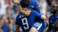 Pemain Chelsea Alvaro Morata berselebrasi dengan Cesar Azpilicueta setelah mencetak gol ke gawang Southampton pada laga semifinal Piala FA di Stadion Wembley, London, Minggu (22/4). Chelsea lolos setelah menang 2-0 atas Southampton. (AP/Frank Augstein)