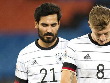 Pemain Jerman, Toni Kroos dan Ilkay Gundogan, tertunduk lesu usai gagal menaklukkan Swiss pada laga UEFA Nations League di Stadion St. Jakob-Park, Senin, (7/9/2020). Kedua tim bermain imbang 1-1. (Peter Klaunzer/Keystone via AP)