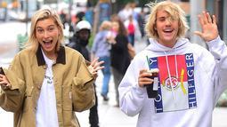Hal itu dikarenakan Justin Bieber membiarkan Hailey untuk mendandaninya. (Harper's Bazaar)