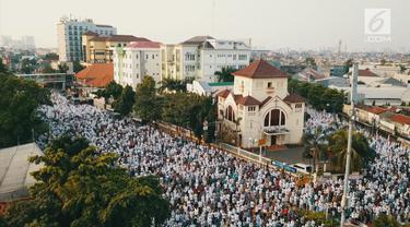 Hari ini, Jumat (15/6/2018)m umat Muslim merayakan Hari Raya Idul Fitri 1 Syawal 1439 Hijriah. Ribuan umat memadati tempat dijalankannya Shalat Idul Fitri. Salah satunya adalah di Jatinegara, Jakarta.