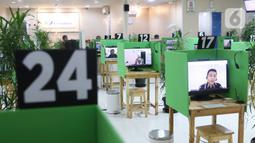 Suasana LAPAK ASIK (Layanan Tanpa Kontak Fisik) di Kantor Cabang BPJAMSOSTEK Tangerang, Jumat (12/6/2020). LAPAK ASIK merupakan layanan dengan protokol kesehatan tanpa harus kontak langsung antara petugas dan peserta BPJAMSOSTEK dalam rangka mencegah penularan COVID-19. (Liputan6.com/Angga Yuniar)