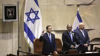 Presiden terpilih Israel Isaac Herzog (kiri), Ketua Knesset, Mickey Levi (tengah) dan Presiden Israel Reuven Rivlin saat upacara pelantikan di Knesset di Yerusalem, Rabu, 7 Juli 2021. (AP Photo/Sebastian Scheiner)