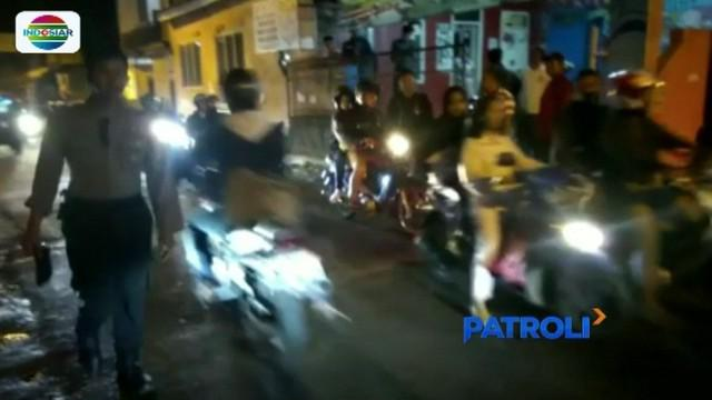 Dua kelompok yang diduga geng motor berulah dan sempat bentrokan di Kota Cimahi. Warga yang kesal, ikut turun tangan dengan menghadang para pelaku.