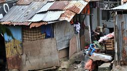 Aktivitas warga permukiman bantaran Kali Ciliwung, Jakarta, Minggu (3/3). Bencana banjir kiriman masih menjadi ancaman warga yang tinggal di bantaran Kali Ciliwung, terlebih saat hujan deras mengguyur kawasan hulu di Bogor. (merdeka.com/Iqbal S. Nugroho)