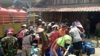 Jutaan liter air bersih didistribusikan menggunakan tanki ke daerah-daerah yang kekurangan air di Jateng. (foto: Liputan6.com / felek wahyu)