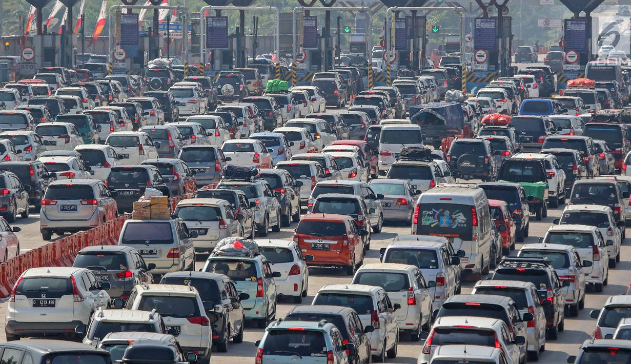 Mobil pemudik memadati Gerbang Tol (GT) Cikopo Palimanan (Cipali) Cirebon, Jawa Barat, Sabtu (1/6/2019). Memasuki H-4 Lebaran, kepadatan terjadi di ruas Tol Cipali di Km 73 sampai dengan Km 78 dan kenaikan volume kendaraan naik 12 persen dibanding tahun lalu. (Liputan6.com/Herman Zakharia)