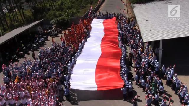 Para siswa SD dari sebuah sekolah di Salatiga, Jawa Tengah menjahit sebuah bendera sepanjang 25 meter dan lebar 5 meter.