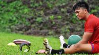 Pemain Arema FC, Rizky Dwi Febrianto, saat berlatih di Lapangan Ketawang sembari menjalani ibadah puasa Ramadhan. (Bola.com/Iwan Setiawan)