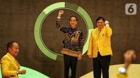 Presiden Joko Widodo (tengah) dan Ketua Umum Partai Golkar Airlangga Hartarto (kanan) saat peringatan HUT ke-55 Partai Golkar di Jakarta, Rabu (6/11/2019). HUT ke-55 Partai Golkar mengangkat tema '55 Tahun Partai Golkar Bersatu untuk Negeri Berkarya untuk Bangsa'. (Liputan6.com/JohanTallo)