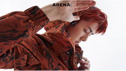 Hiasi cover majalah ARENA, Sehun tampil dengan gaya yang chic dan warna rambut merah gelap. Walaupun miliki rambut warna terang, dirinya tetap cocok dan sukses membuat penggemar histeris. (Liputan6.com/Instagram/@weareone.exo)