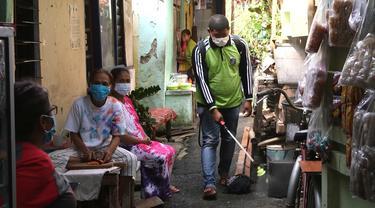 Penyemprotan Disinfektan di Kampung Tangguh RW 02 Pegangsaan Menteng