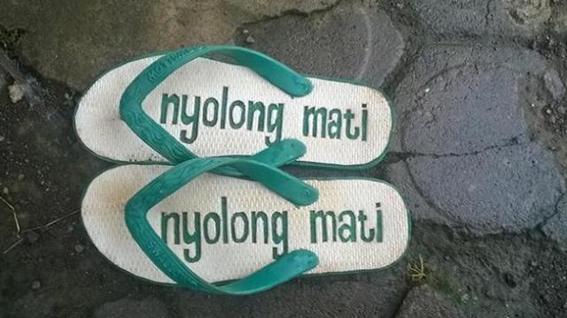 Kocak, Begini Tulisan Nyeleneh Biar Sandal Antihilang