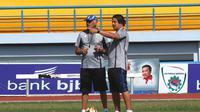 Mario Gomez saat memantau latihan pemain Persib (Liputan6.com/Kukuh Saokani)