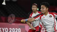 Ganda putri Indonesia Apriyani Rahayu (kanan) dan Greysia Polii bermain melawan Chen Qing Chen dan Jia Yi Fan dari China pada final badminton ganda putri Olimpiade Tokyo 2020 di Musashino Forest Sport, Senin (2/8/2021). Greysia / Apriyani menang 21-19 dan 21-15. (Alexander NEMENOV/AFP)