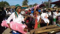 Para penenun Sumba menyambut Presiden Jokowi (Liputan6.com / Ola Keda)