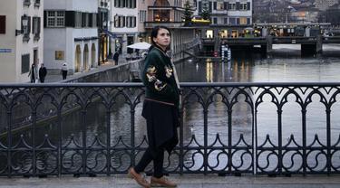 Di sela-sela kesibukannya, wanita berusia 31 tahun ini kerap menyempatkan waktu untuk traveling. Selain mengunjungi tempat-tempat wisata, Ayushita juga gemar mengunjungi kota tua seperti di Zurich, Swiss. (Liputan6.com/IG/ayushita)