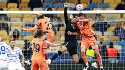 Pemain Juventus, Merih Demiral, duel udara dengan kiper Dynamo Kyiv, Heorhiy Bushchan, pada laga Liga Champions di Stadion Olimpiyskiy, Rabu (21/10/2020). Juventus menang dengan skor 2-0. (Valentyn Ogirenko/Pool via AP)