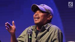 Penulis Dilan 1990 Pidi Baiq saat menjadi pembicara dalam diskusi panel di acara XYZ Day 2018 di The Hall, Senayan City, Jakarta, Rabu (25/4). Diskusi panel ini membahas topik Unboxing The Box Office. (Liputan6.com/Herman Zakharia)