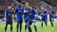 Para pemain Leicester City, merayakan gol Christian Fuchs saat melawan Crystal Palace pada lanjutan Premier League di King Power Stadium, Sabtu (22/10/2016). Leicester City menang 3-1. (Action Images via Reuters/Alan Walter)