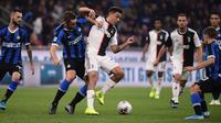 Penyerang Juventus Paulo Dybala berebut bola dengan bek Inter Milan, Stefan de Vrij dalam lanjutan kompetisi Serie A 2019-2020 di Stadion Giuseppe Meazza, Minggu (6/10/2019). Juventus memenangi duel bertajuk Derby d'Italia dengan keunggulan 2-1 atas Inter. (Marco Bertorello / AFP)