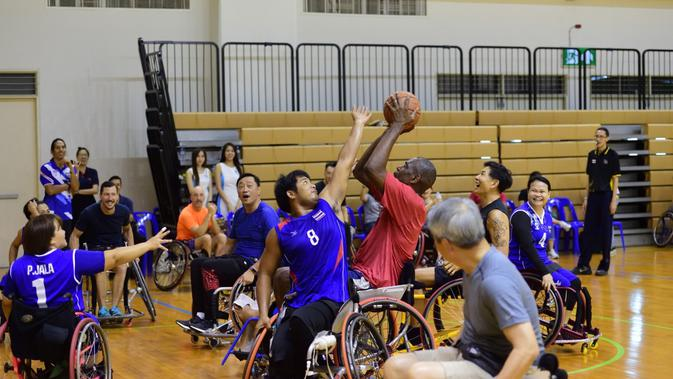 Dikembe Mutombo bermain basket kursi roda (Ist)