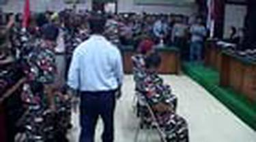 Sidang lanjutan dua janda pahlawan di PN Jaktim, berakhir ricuh. Para pengunjung kesal karena jaksa menunda pembacaan tuntutan pada terdakwa.