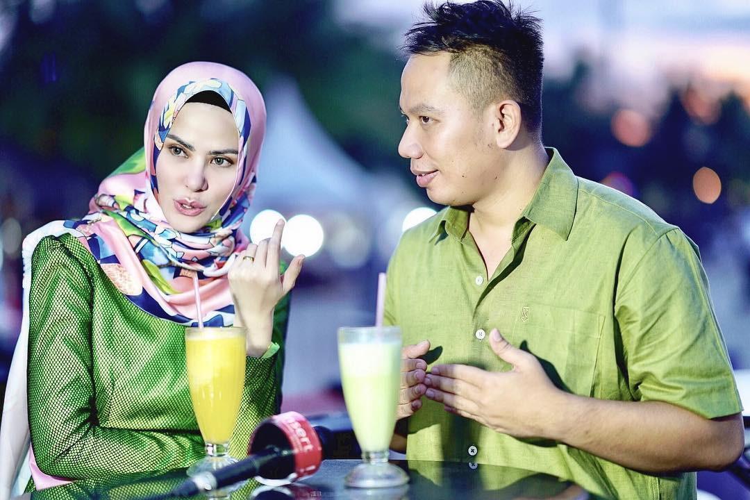 Berbagai persiapan jelang nikah terus dilakukan. Belum lama ini, Vicky dan Angel Lelga memamerkan cincin kawin di jaris keduanya. Vicky mengenakan batik dan peci, sedangkan Angel Lelga mengenakan busana muslim. (Instagram/vickyprasetyo777)