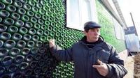 Pria itu membangun rumah dari botol untuk mengenang anaknya yang mati muda.