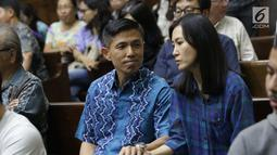 Terdakwa dugaan suap PT Krakatau Steel, Kurniawan Eddy Tjokro jelang mengikuti sidang pembacaan vonis di Pengadilan Tipikor, Jakarta, Kamis (15/8/2019). Direktur PT Tjokro Bersaudara tersebut divonis 1 tahun 3 bulan penjara dan denda sebesar Rp 100 juta. (Liputan6.com/Helmi Fithriansyah)