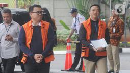 Direktur Utama (Dirut) Perum Perikanan Indonesia, Ristanto Suanda (kiri) dan Mantan Menteri Pemuda dan Olahraga (Menpora), Imam Nahrawi (kanan) berjalan akan menjalani pemeriksaan oleh penyidik di Gedung KPK, Jakarta, Rabu (27/11/2019). (merdeka.com/Dwi Narwoko)