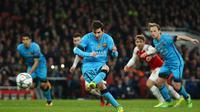 Bintang Barcelona, Lionel Messi, saat mengeksekusi penalti yang berujung gol ke gawang Arsenal, pada laga leg pertama 16 besar Liga Champions, di Emirates Stadium, Selasa (23/2/2016). (Twitter Champions League).