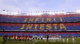 Suporter Barcelona membentuk koreografi perpisahan untuk Andres Iniesta saat melawan Real Sociedad pada laga La Liga Spanyol di Stadion Camp Nou, Barcelona, Minggu (20/5/2018). Dirinya berpisah dengan klub yang 22 tahun telah dibela. (AFP/Josep Lago)