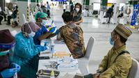 Petugas kesehatan menyuntikan vaksin COVID-19 kepada seorang pemuka agama di Mesjid Istiqlal, Jakarta, Selasa (23/2/2021). Para pemuka agama itu berasal dari seluruh wilayah di Jakarta. vaksinasi akan berlangsung selama dua hari. (Liputan6.com/Faizal Fanani)