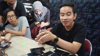Putra sulung Presiden Jokowi, Gibran Rakabuming Raka saat memberikan keterangan kepada wartawan di Solo, Selasa (11/2).(Liputan6.com/Fajar Abrori)