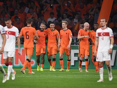 Striker Belanda, Memphis Depay (keempat kiri) berselebrasi dengan rekannya usai mencetak gol ke gawang Turki pada kualifikasi Grup G Piala Dunia Qatar 2022 di stadion Johan Cruijff Arena di Amsterdam (8/9/2021). Depay mencetak tiga gol dan mengantar Belanda menang atas Turki 6-1. (AFP/John Thys)