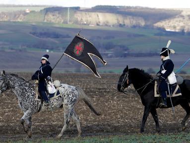 Sejumlah orang berpakaian tentara tahun 1800-an menunggang kuda untuk mengenang kembali pertempuran Austerlitz di dekat desa Moravian selatan Herspice, Republik Ceko (2/11). Mereka adalah orang-orang penggemar sejarah. (Reuters/David W Cerny)